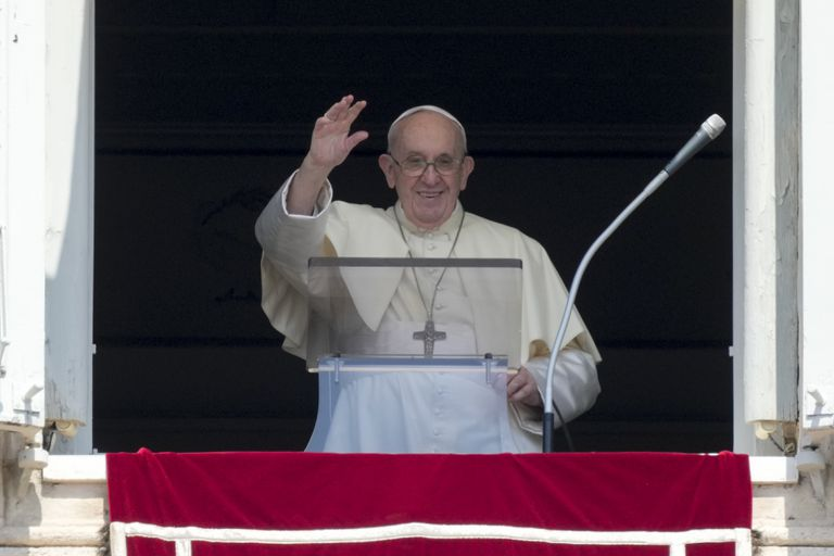 El papa Francisco ofrece su bendición durante el Angelus desde la ventana de su estudio, en la plaza de San Pedro del Vaticano, el 15 de agosto de 2021. (AP Foto/Andrew Medichini)