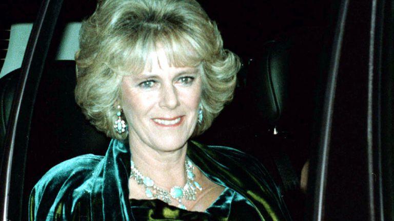 El 14 de noviembre de 1998 Camilla asiste al cumpleaños 50 del principe Carlos que se celebró en Highgrove House en Gloucestershire