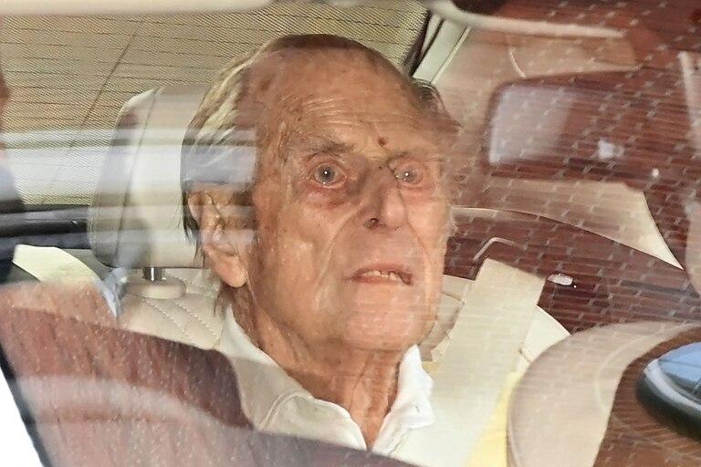El príncipe Felipe de Gran Bretaña, duque de Edimburgo, tras abandonar el hospital King Edward VII en el centro de Londres en marzo