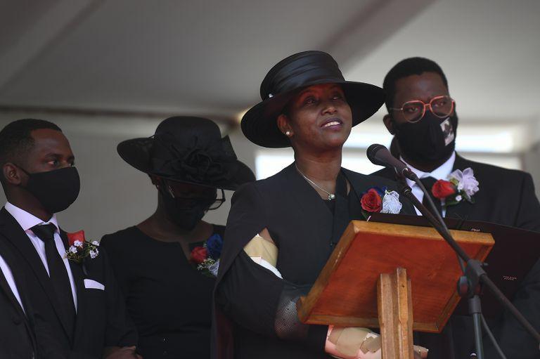 La viuda del presidente asesinado habla durante el funeral