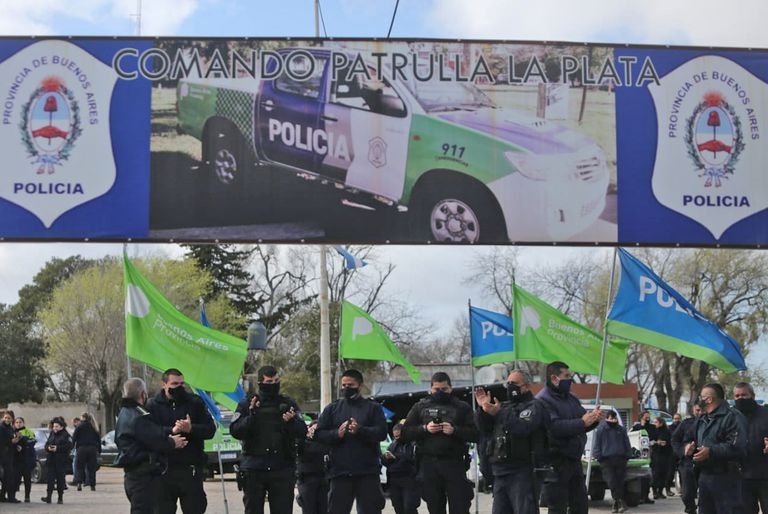 Los policías se manifiestan esta mañana frente al Comando de Patrullas de esta capital