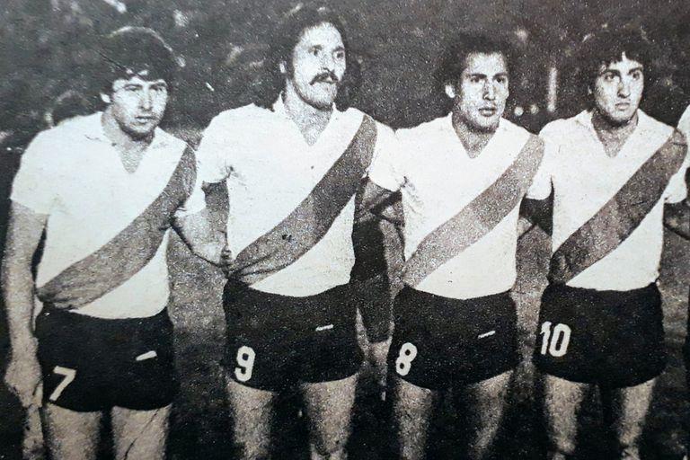 Seppaquercia aparece con la camiseta número 7 de River junto a Leopoldo Luque, Juan José López y Norberto Alonso