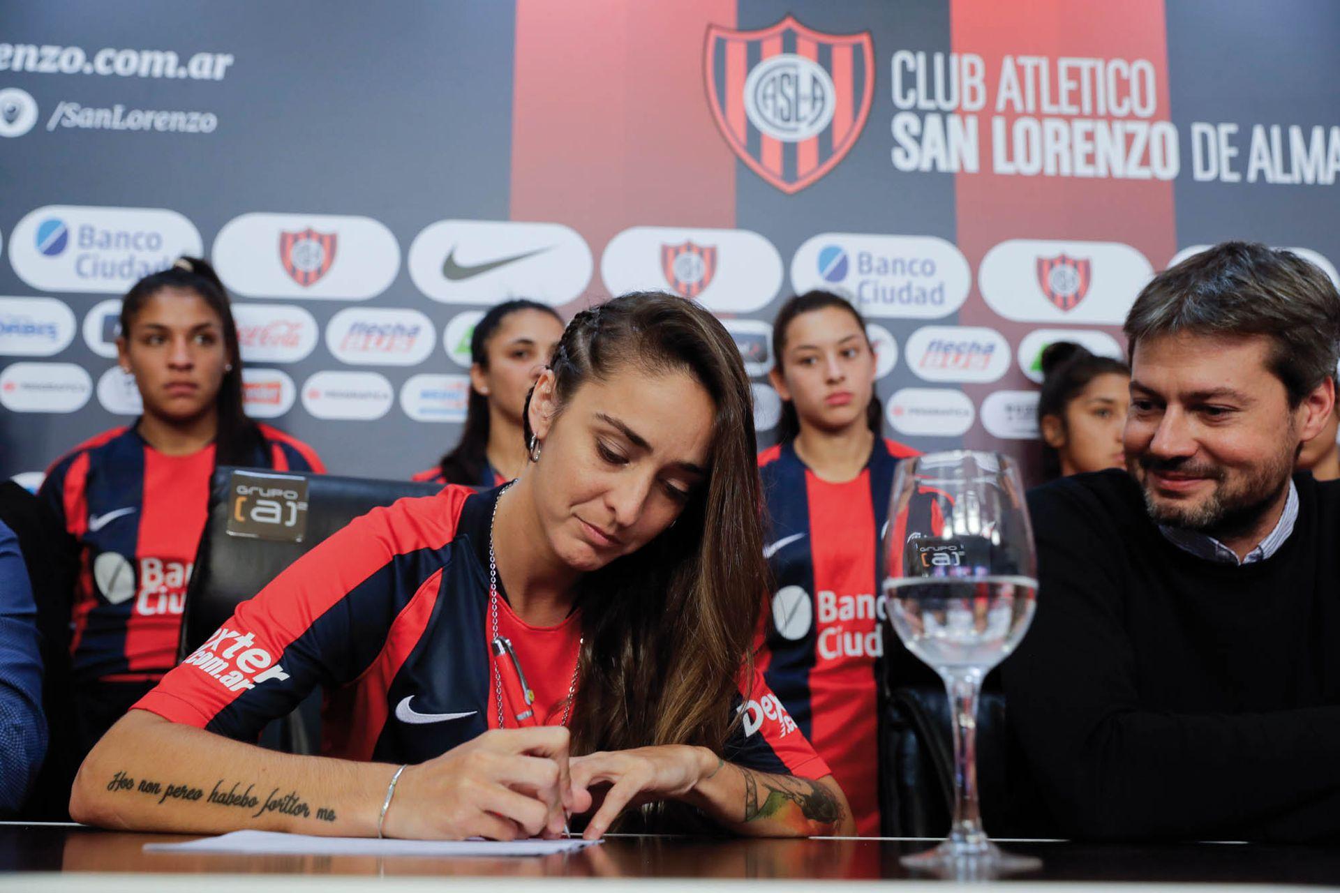 """Firmando su incorporación a San Lorenzo: """"Me parece que en ciertos puntos el club pregona muchas cosas por las que yo milito""""."""