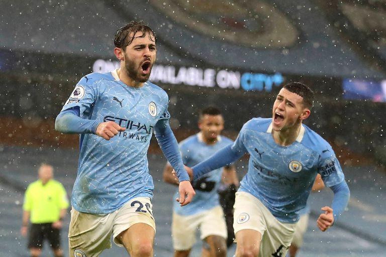 El festejo de Bernardo Silva, del Manchester City, tras marcar el 1-0 bajo la lluvia frente a Aston Villa.