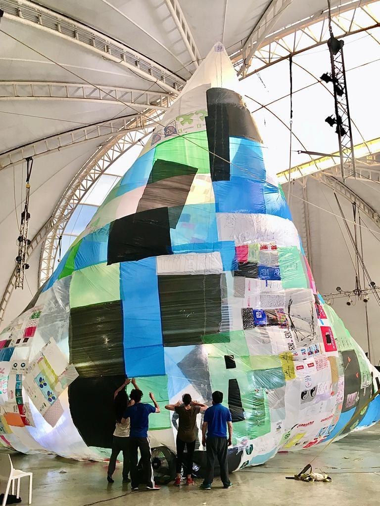 """El Museo Aero Solar Reconquista, realizado con bolsas recicladas por personas expuestas a situaciones de vulnerabilidad social en la contaminada """"zona del Río Reconquista"""", en la localidad bonaerense de José León Suárez"""