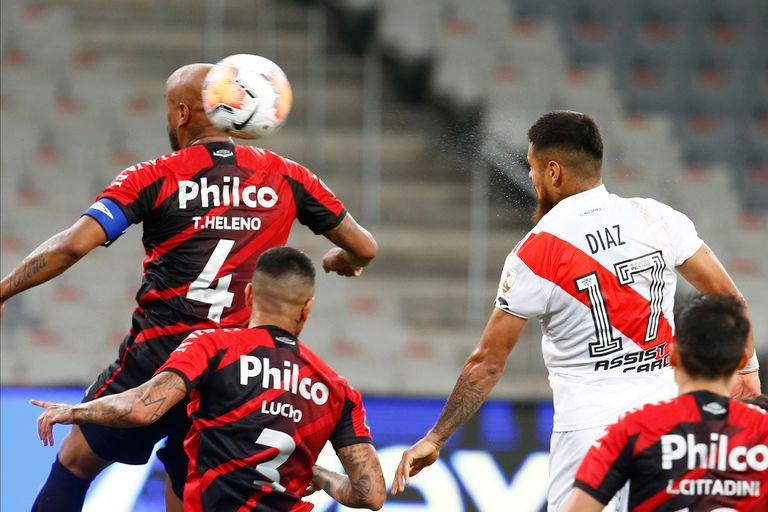 El empate agónico de River: Paulo Díaz ya cabeceó y la pelota entrará por el ángulo superior izquierdo del arco de Paranaense.