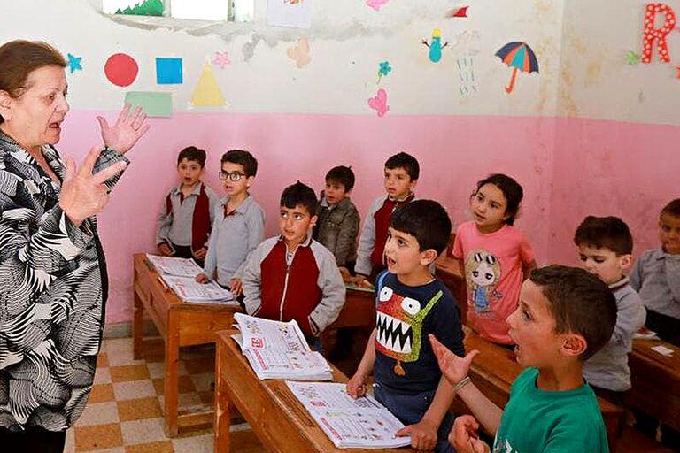 Antoinette Makh, instruye a sus alumnos en arameo en una escuela de Maalula, Siria