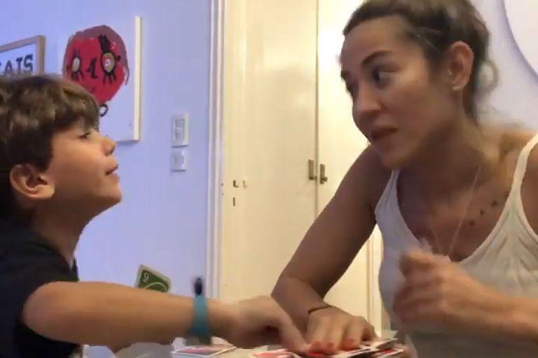 Jimena Barón y el divertido video jugando a las cartas con su hijo Momo