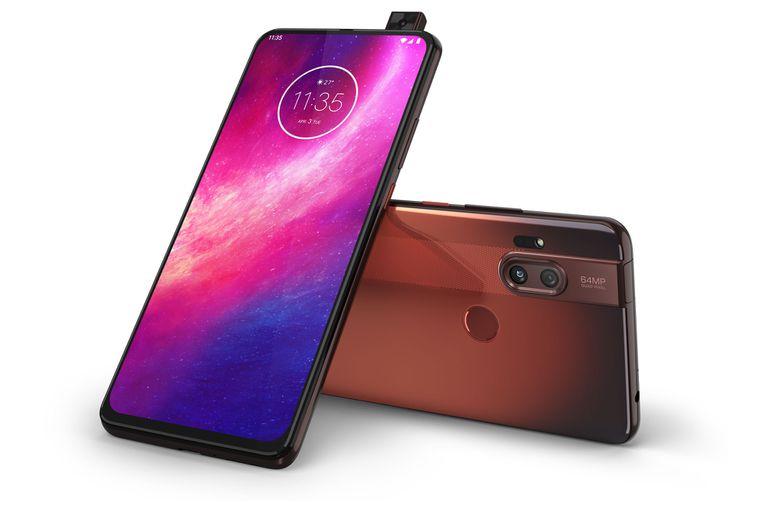 """El nuevo smartphone de Motorola se destaca por una cámara frontal que parece un periscopio tipo """"pop-up"""""""