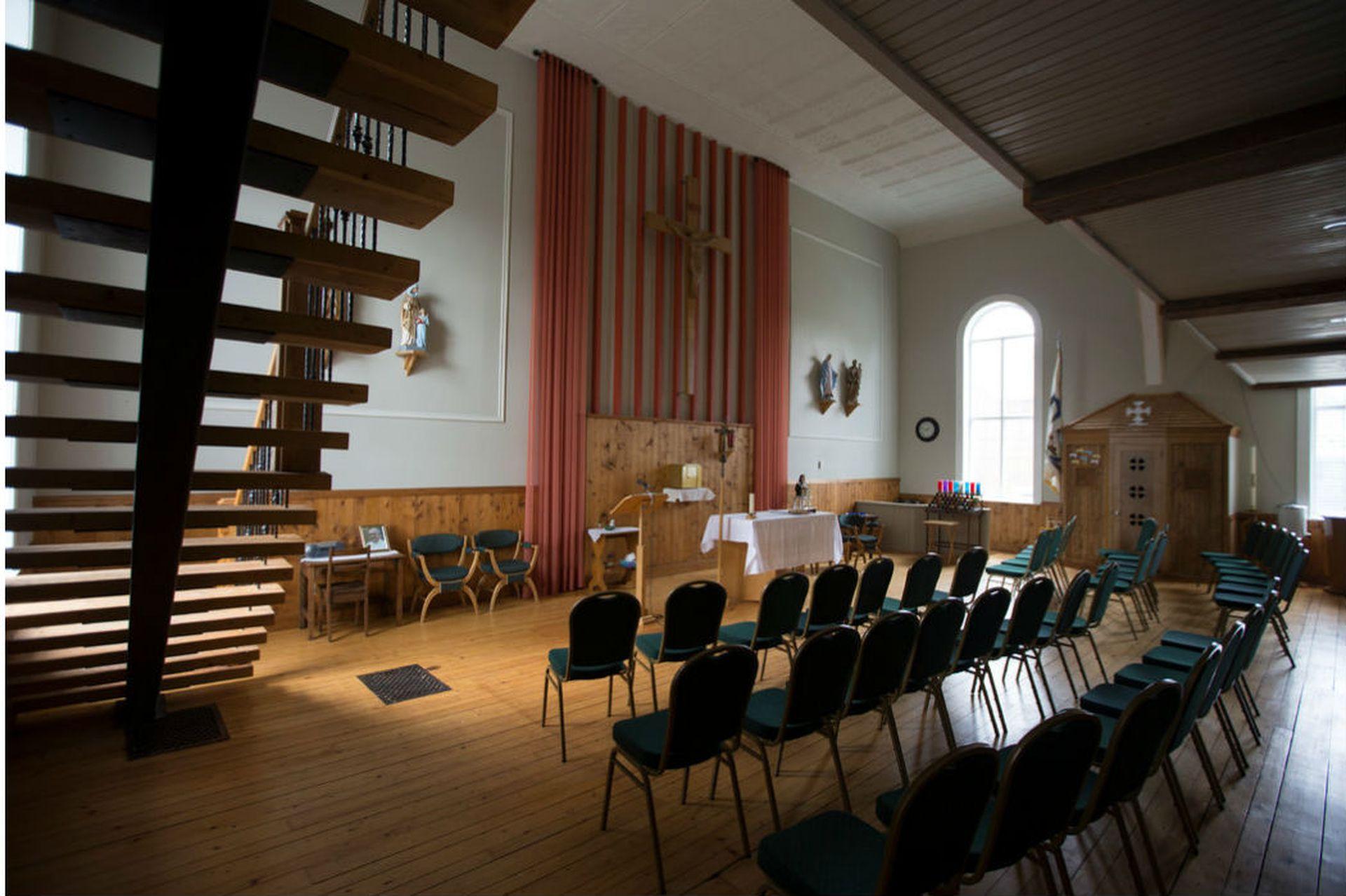 Todavía se realizan servicios religiosos en la parte posterior de la Fromagerie du Presbytère, pero algunos residentes se rehúsan a ir a misa dominical en una iglesia donde la antigua nave ha sido transformada para almacenar y madurar quesos