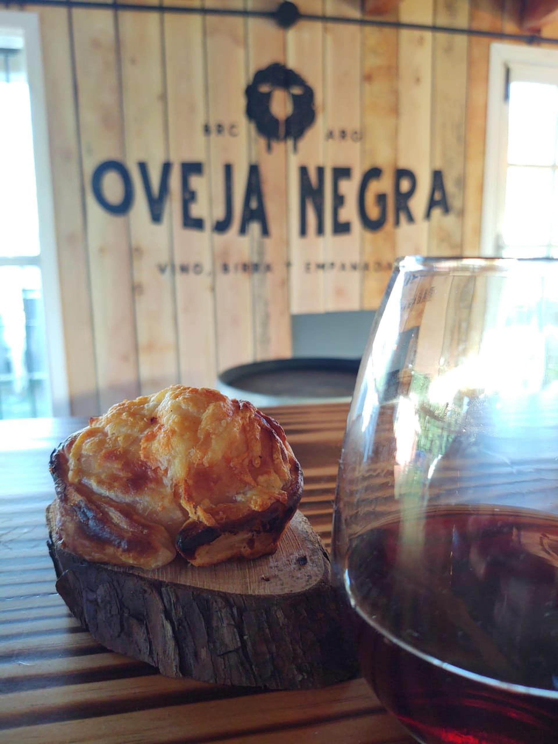 Las empanadas de Oveja Negra, flamante apertura en el km 13,5 de la Avenida Bustillo