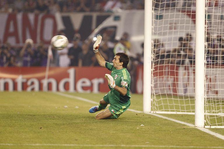 Su momento cumbre: cuando le ataja el penal a Gigliotti en la semifinal de la Sudamericana contra Boca