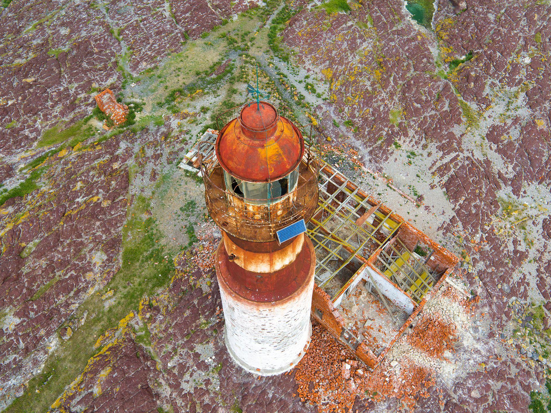 """El faro de Isla Pigüino, en Santa Cruz. Desde arriba se aprecia el mal estado de la casa del """"farero""""."""