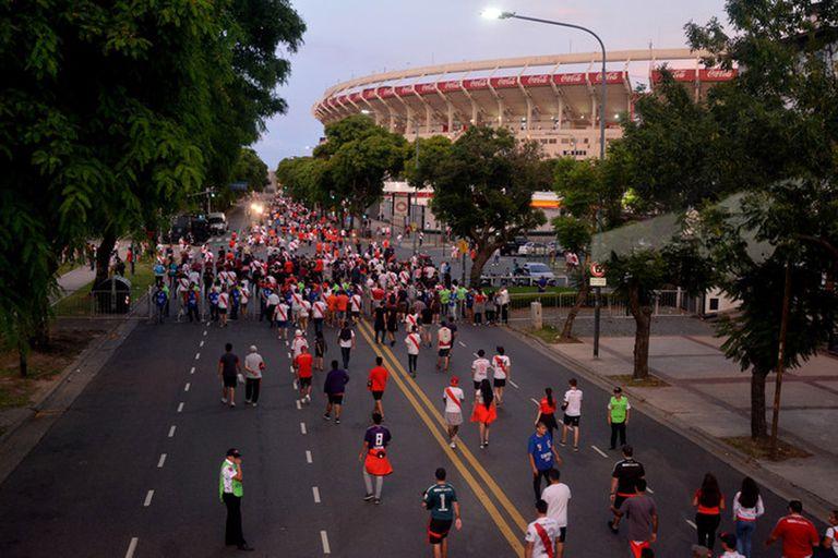 Los hinchas de River, en procesión al Monumental: volverán a hacerlo el 3 de octubre para el Superclásico.