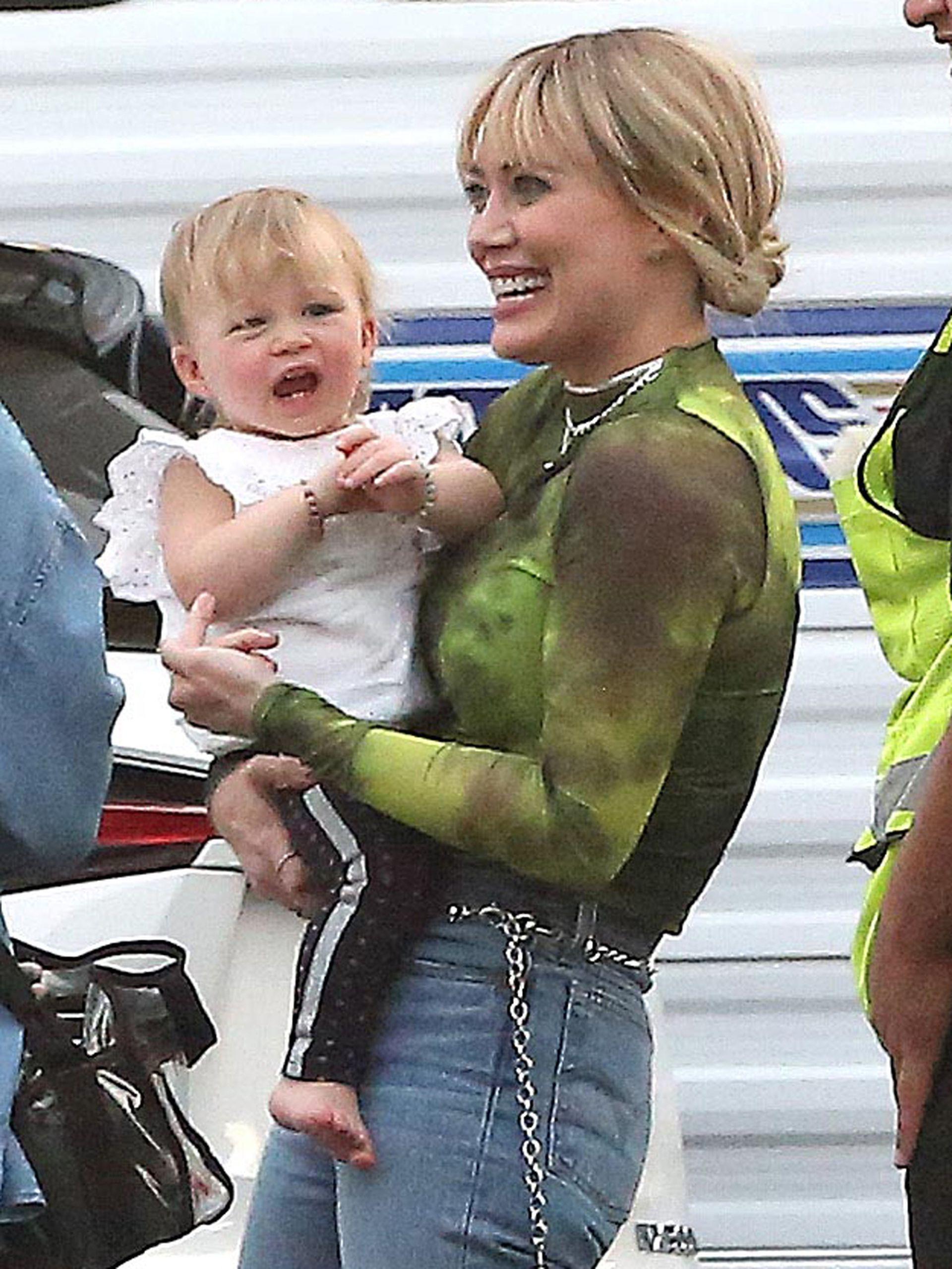 Hillary Duff recibió la visita de su pequeña hija, Banks Violet, durante un alto en el rodaje de la película Lizzie McGuire