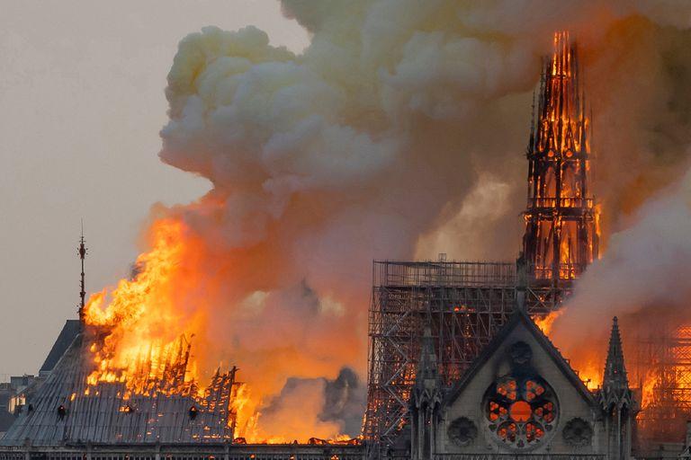 Incendio en Notre Dame: extinguieron por completo el fuego y descartan que haya sido intencional