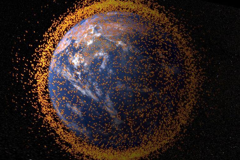 La Tierra rodeada con restos orbitales, en una visualización que muestra el campo de escombros con datos reales de la Oficina del Programa de Escombros Orbitales de la NASA