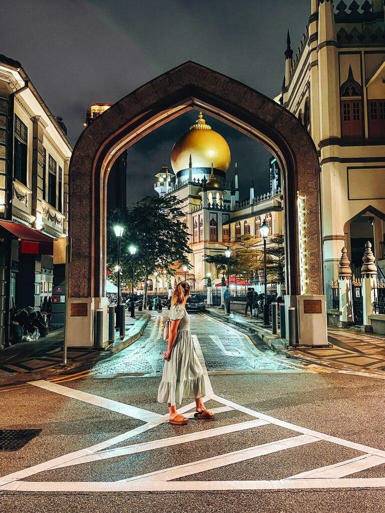 El barrio árabe es ideal para visitar de noche. y de paso, ver la cúpula dorada de la Mezquita Sultan Mosque.