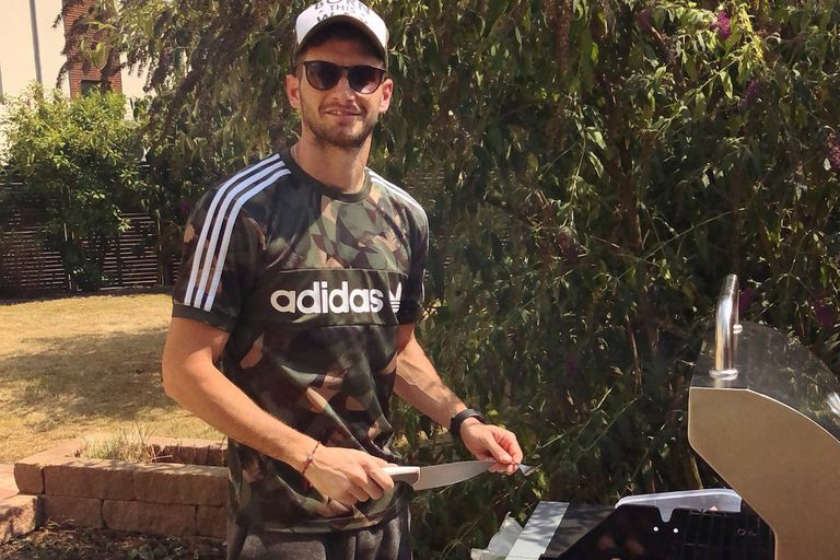 ¿Asado en Leverkusen? Y por qué no: Alario al frente de su parrilla; llegó en septiembre de 2017 y tiene contrato con el club alemán hasta mediados de 2022
