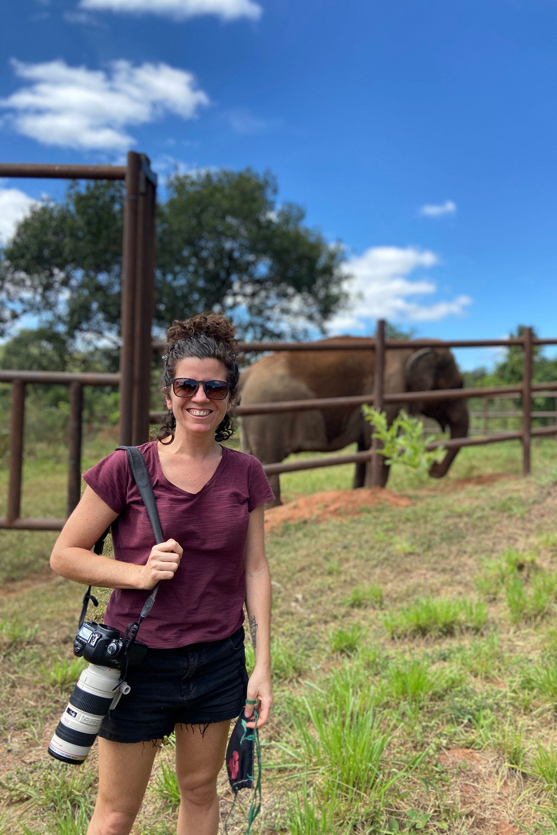 SofíaLópezMañán en el Santuario de elefantes de Brasil junto a Mara
