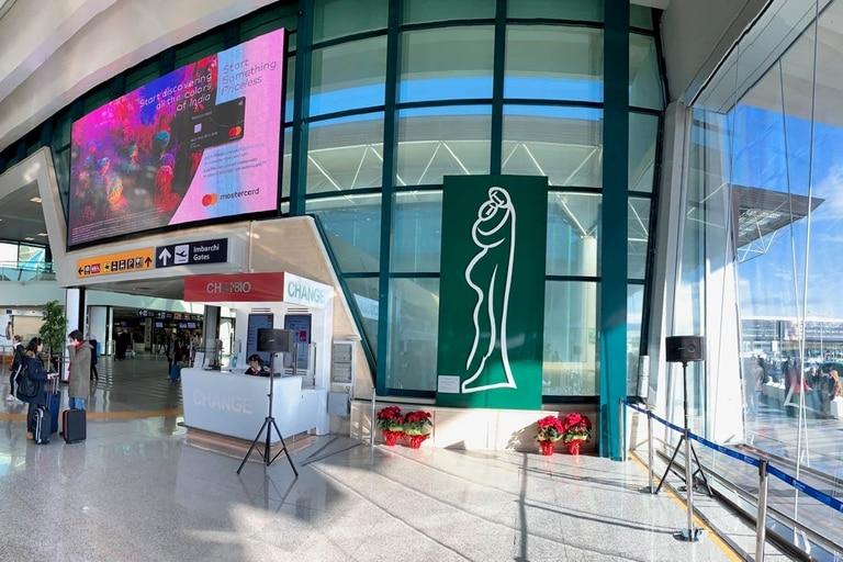 La escultura emblema de Alejandro Marmo llegó al aeropuerto internacional de Roma