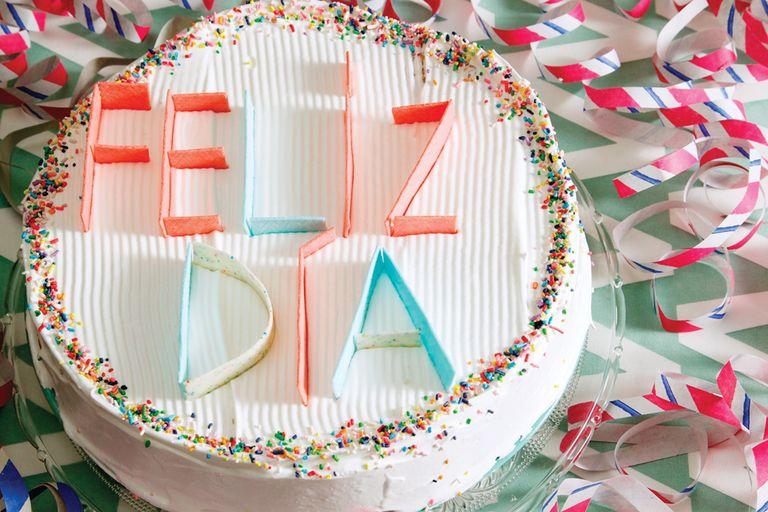 Torta con merengue y letras de chicle