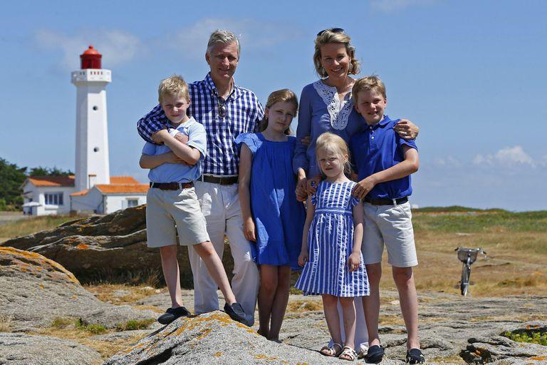 Felipe y Matilde de Bélgica, con sus cuatro hijos.