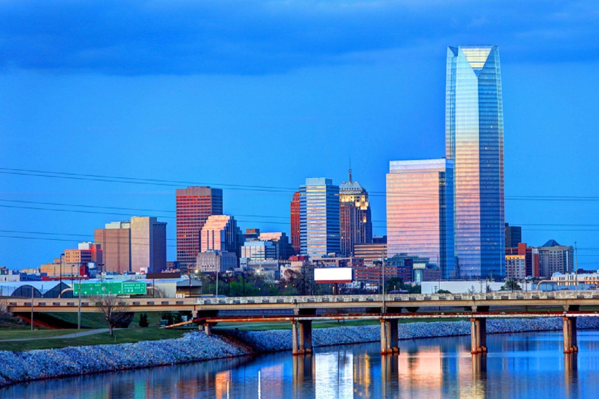 Oklahoma City es la capital del Estado de Oklahoma, en EE.UU. Es conocida por la cultura de los vaqueros y el complejo del capitolio, rodeado de pozos petroleros en funcionamiento.