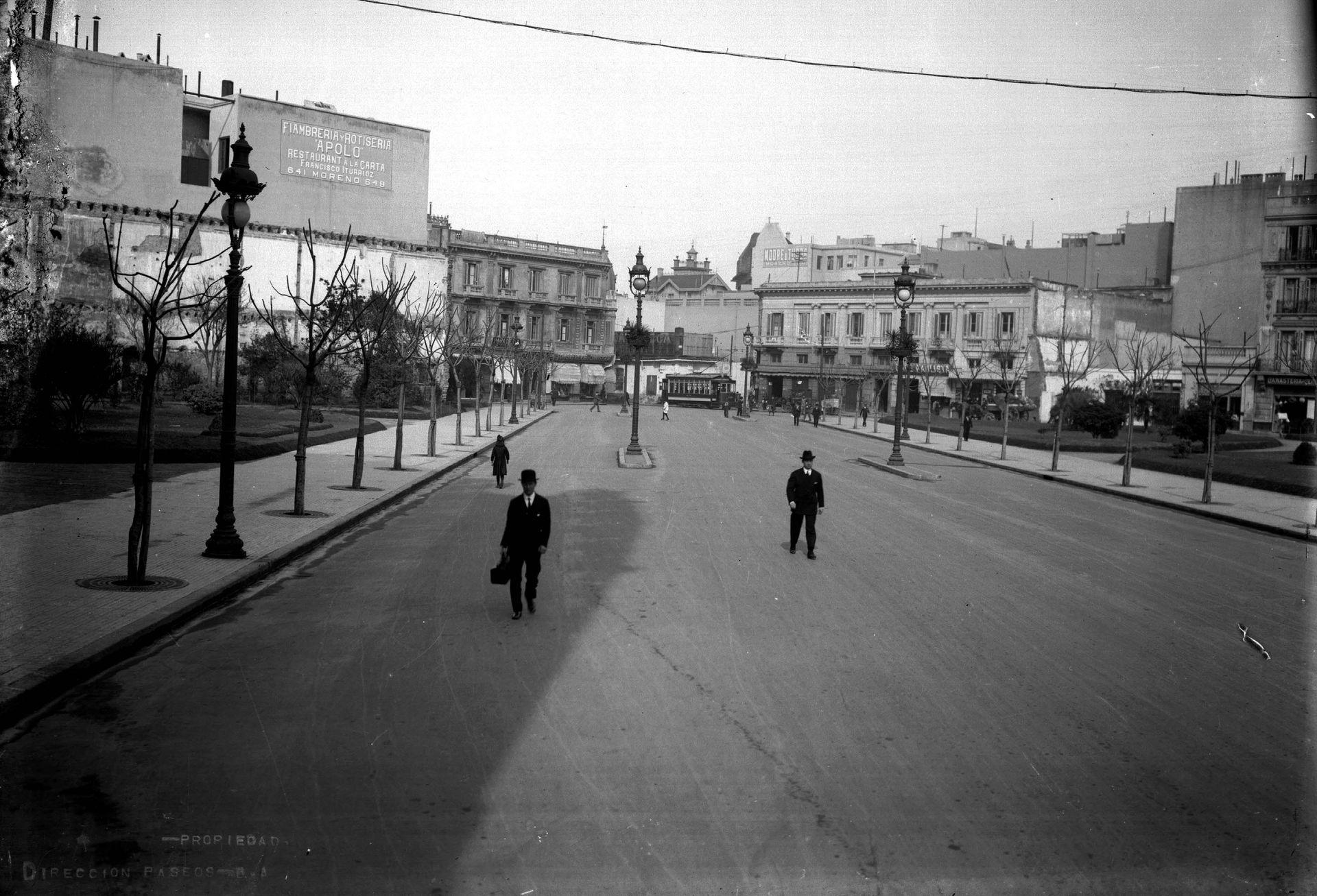 Avenida Diagonal Sur, hacia mediados de 1920, con asfalto.