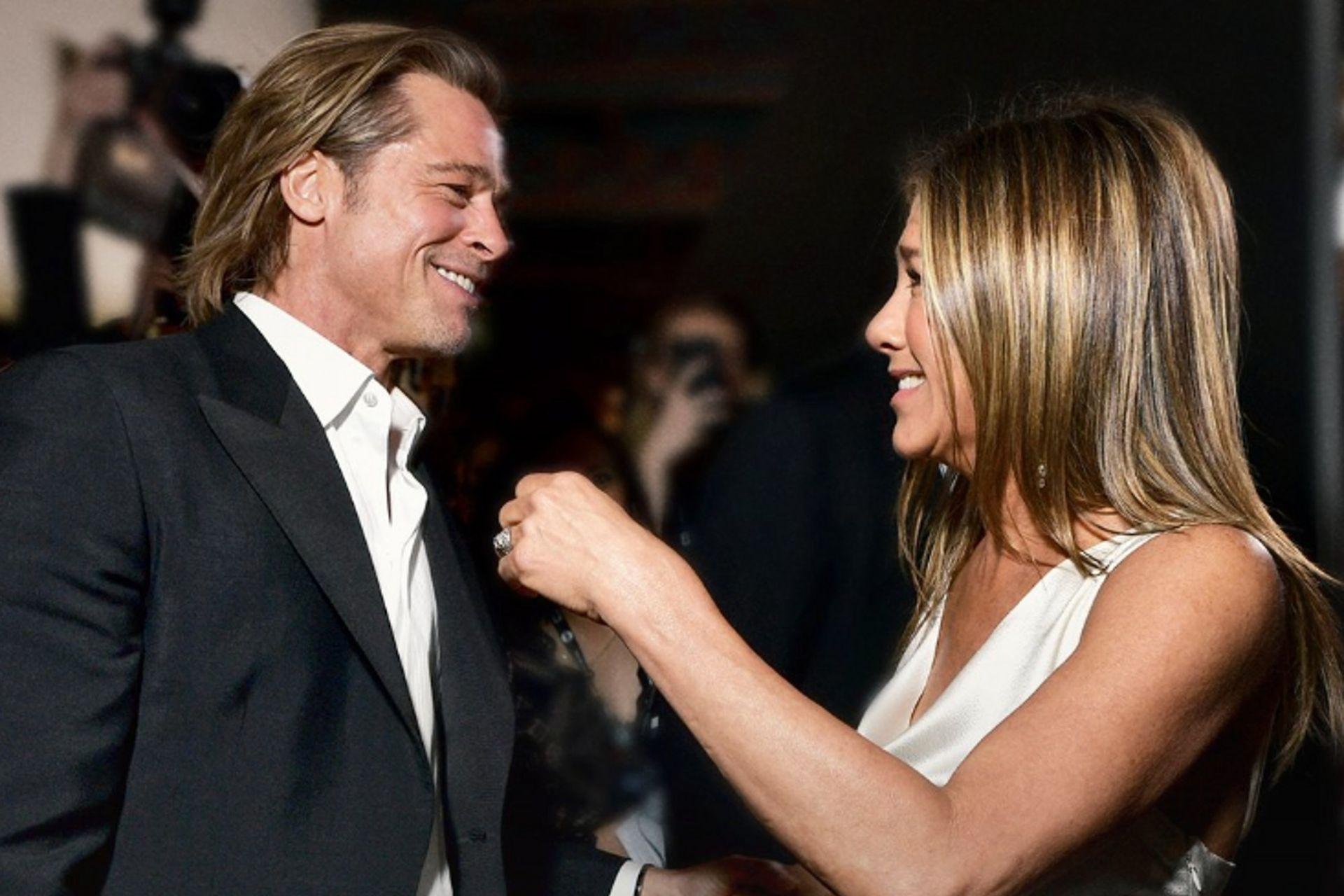 Pese a que muchas veces dieron cuenta de que son buenos amigos, la foto tomada en la última entrega de los SAG Awards revivió los rumores de romance entre Aniston y Pitt