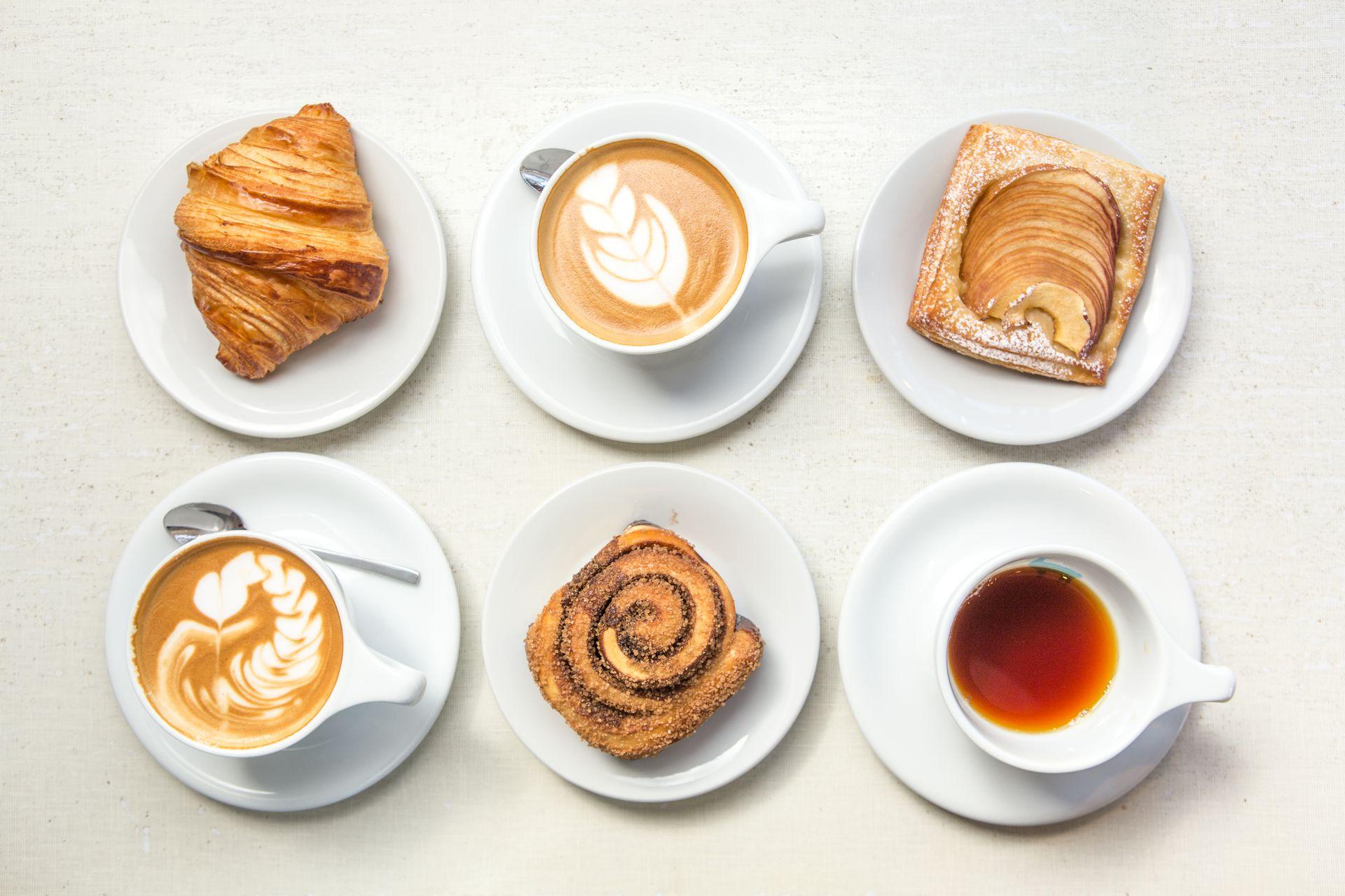 Café tostado de Brasil, Panamá, Colombia, Costa Rica y Perú acompañan hojaldres de manzana, budines, croissants y scones.