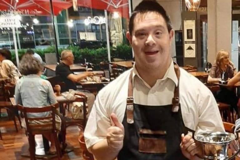 Murió Dani, mozo del emblemático bar El Cairo y símbolo de la inclusión