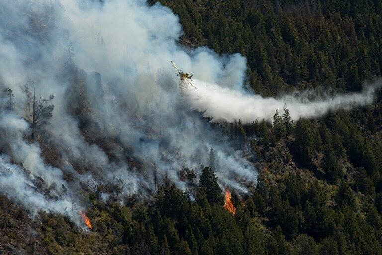 Tres aviones hidrantes son utilizados para el combate del incendio forestal en cercanías de El Bolsón
