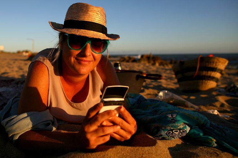 Luli de la Vega, de vacaciones en Punta del Este, no teme arruinar su descanso por chequear su BlackBerry