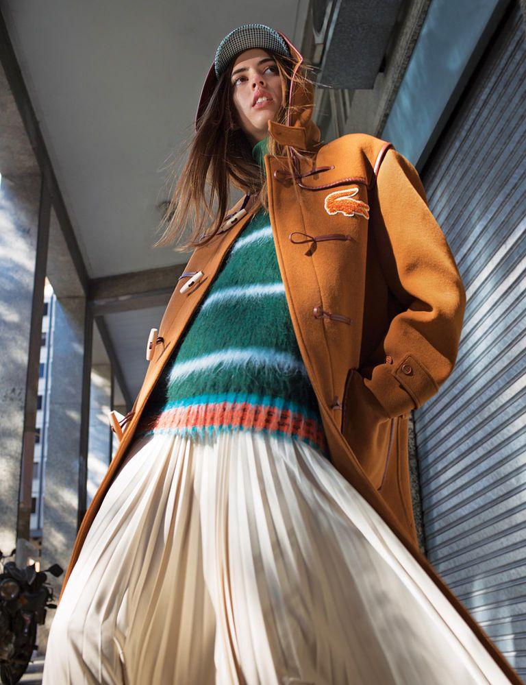 Montgomery de paño, polera de jersey, chaleco extra large de mohair, falda plisada y cap [Lacoste]