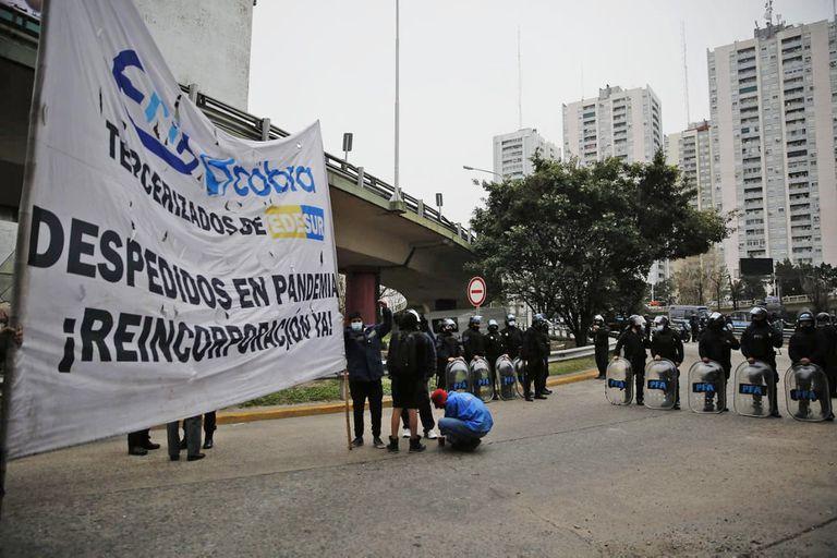 Distintas organizaciones sociales cortan el puente Pueyrredón