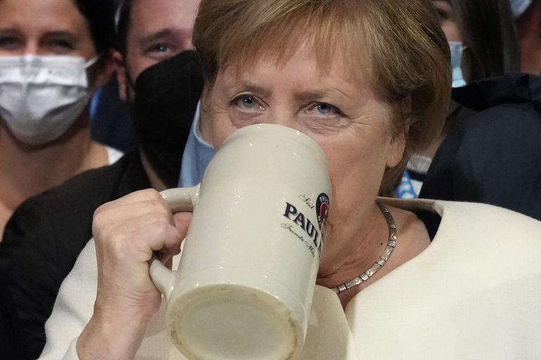 A dos días de las elecciones, Merkel hizo campaña y brindó con cerveza