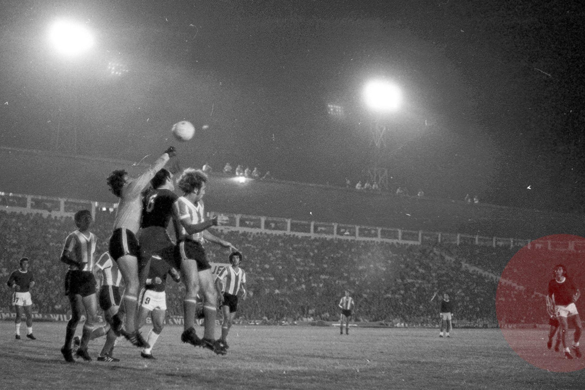 Casi no hay fotos de Carlovich en aquel recordado partido de la selección en 1974; aquí, en una pelota parada, como protagonista secundario