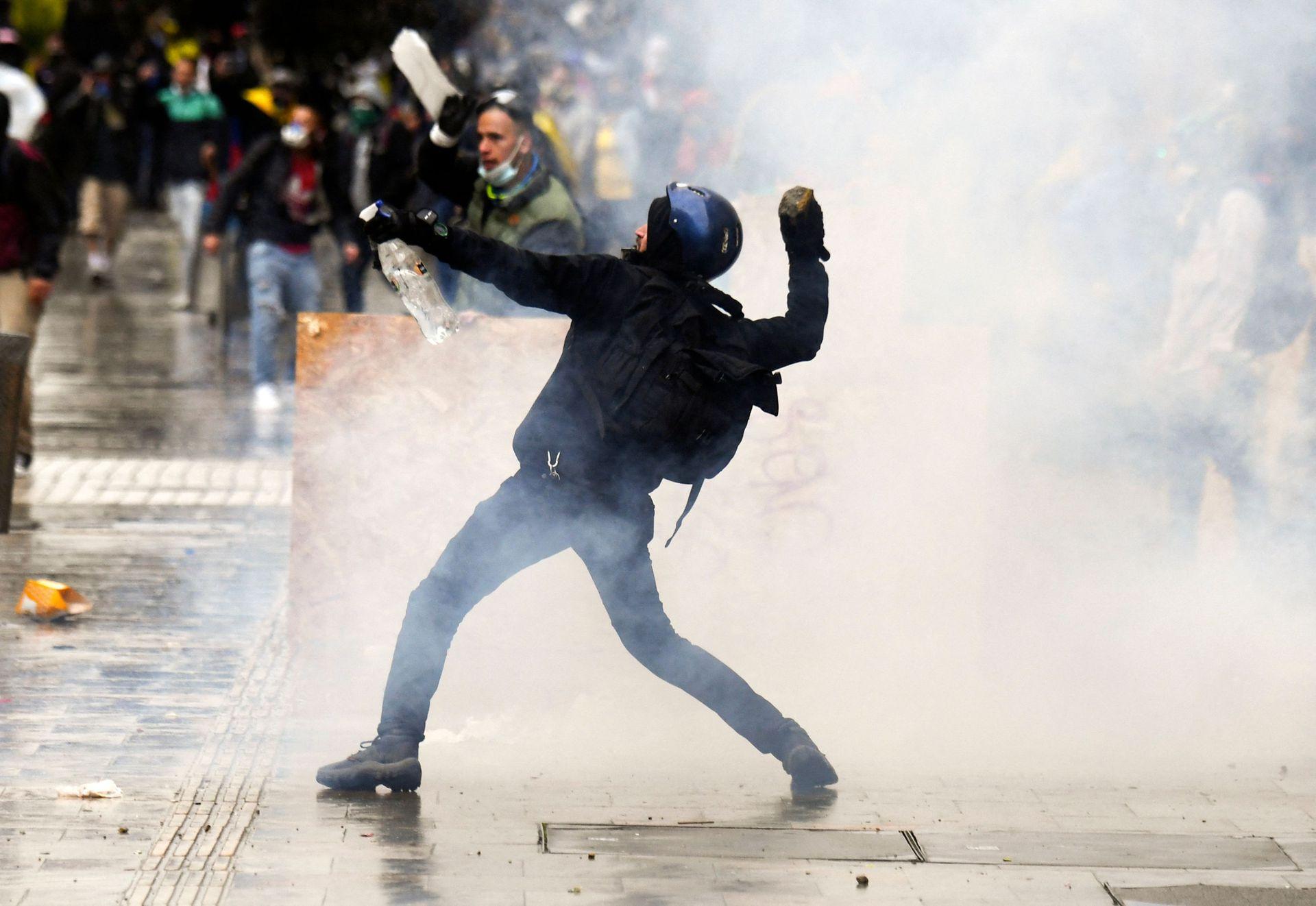 los enfrentamiento entra la policía y los manifestantes continúa en las calles