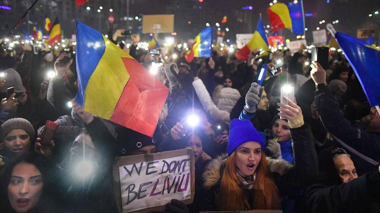 RUMANIA. En los últimos días estallaron las protestas en las calles de Bucarest luego de que el gobierno socialista aprobara un decreto que despenalizaba delitos de corrupción si el perjuicio al fisco era menor a 50.000 dólares