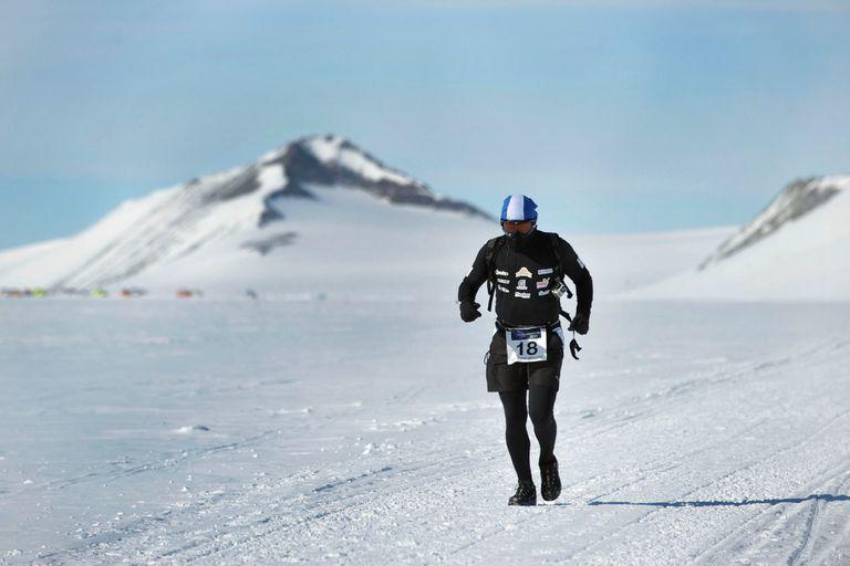 Sebastian participa en ultramaratones bajo condiciones extremas, de frío o calor, como el Polo Sur donde corrió 50 kilometros