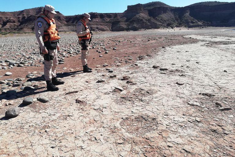 Una patrulla de Prefectura halló huellas de dinosaurio de unos 100 millones de años de antigüedad