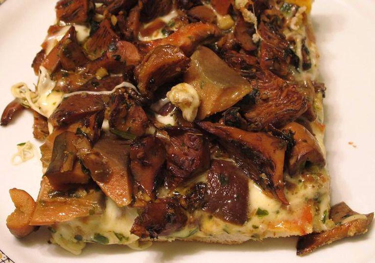 Pizza light a la piedra, con muzzarella y hongos