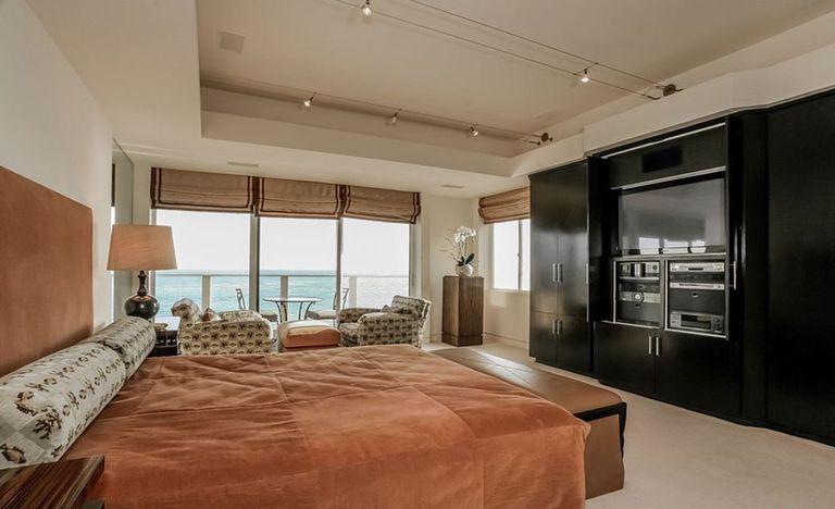 La habitación principal de la casa más grande que Sandra Bullock tiene en Malibú.