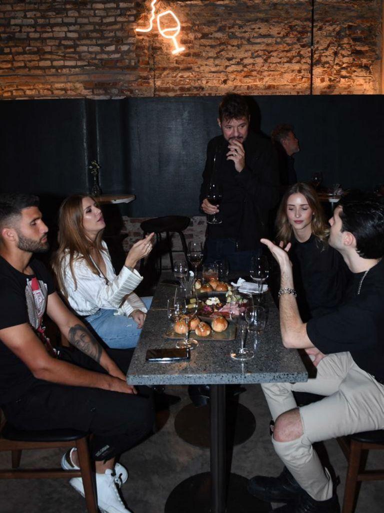 Lisandro, Micaela, Marcelo, charlando con Francisco Tinelli y su novia
