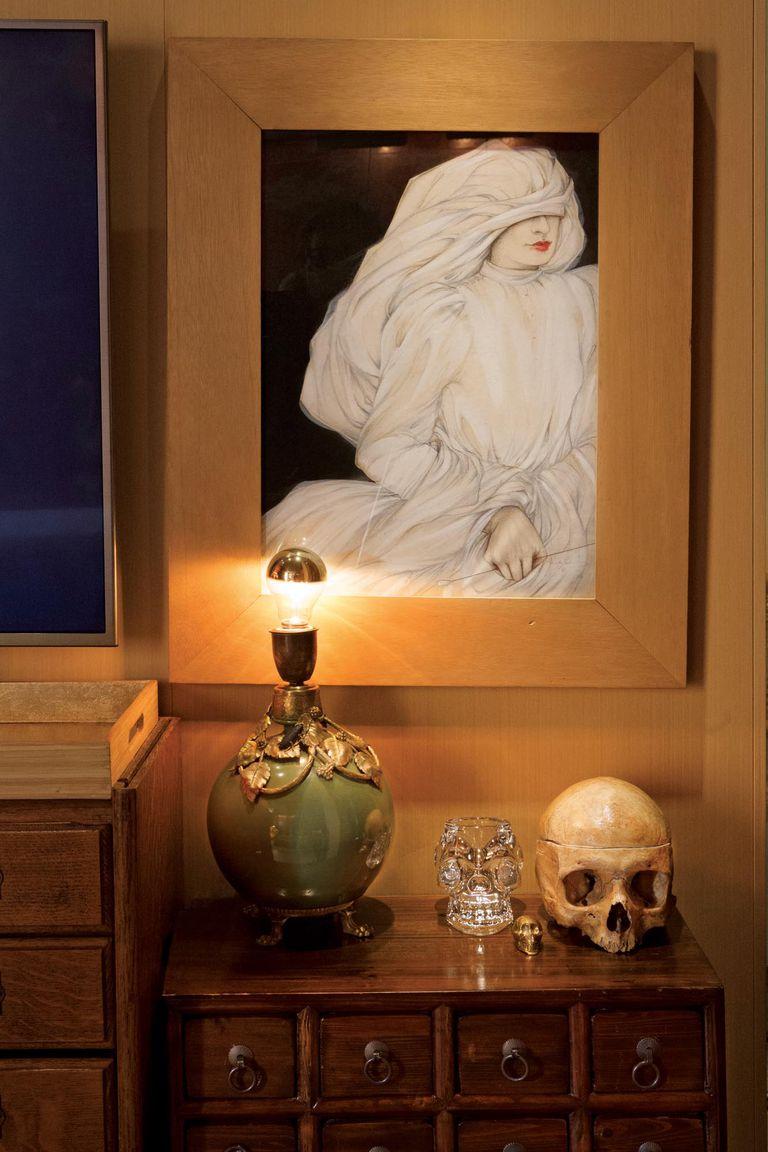 Sobre la mesa de luz, una calavera de su paso por la carrera de Medicina, y una lámpara con un percherón de teja de cuando era chico, con la pantalla rota, toda una declaración de principios