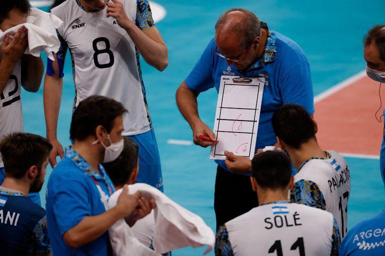 Marcelo Méndez, en uno de los tiempos pedidos por la selección para ajustar detalles ante los europeos