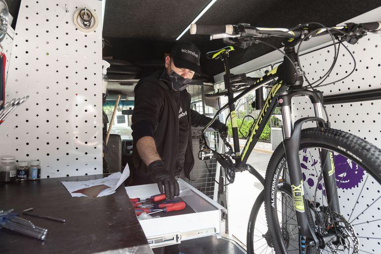 Esperó una semana para que le arreglaran su bicicleta y decidió crear un servicio de reparación móvil y a domicilio