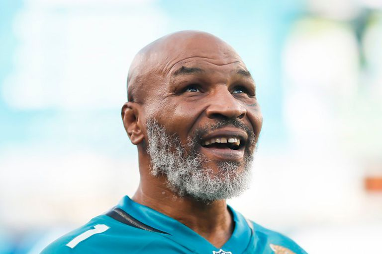 A los 54 años y con barba canosa, Mike Tyson vuelve a exponerse en un ring.
