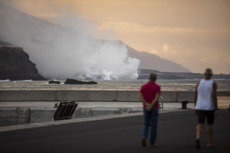 La lava del volcán llegó al mar y hay preocupación en la isla